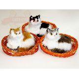 Кошка пушистая в плетеной оранжевой корзине 19*15*11см