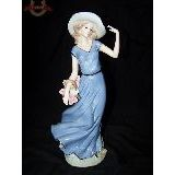 Девушка в шляпе с корзиной фарфор 30 см