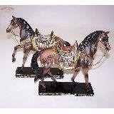 Лошадь коричневая седло с зекальцами 23*23 см