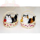 Кошка пушистая с клубочком в круглой плетеной корзине 14*15см
